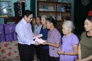 Trưởng Ban Tổ chức Trung ương Phạm Minh Chính thăm, tặng quà bà con vùng lũ tại tỉnh Thanh Hóa