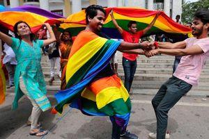 Ấn Độ: chính thức bỏ hình sự hóa đồng tính khỏi luật pháp. Cộng đồng LGBT xuống đường ăn mừng