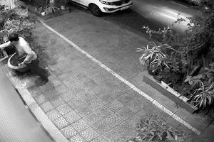 Du khách Hàn Quốc 'đột nhập' ô tô của người dân giữa đêm khuya