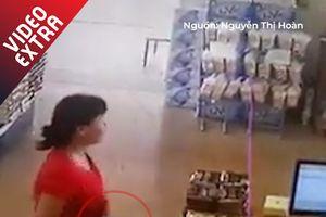 Người phụ nữ cuỗm điện thoại khi nhân viên có mặt kế bên