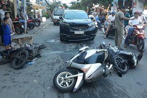 Ôtô tông liên hoàn 3 xe máy ở Sài Gòn, 3 người nhập viện cấp cứu