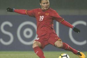 Quang Hải nâng cúp Premier League cùng cựu tuyển thủ Anh