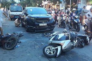 'Xế hộp' lùa 3 xe máy, 3 người nhập viện