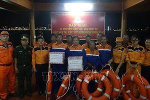 Đưa 8 thuyền viên cùng tàu cá gặp nạn trên biển vào bờ an toàn