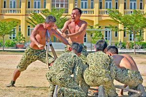 Thán phục võ nghệ 'mình đồng da sắt' của Đặc công Việt Nam