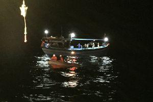 Cứu 8 ngư dân gặp nạn tại vùng đánh bắt chung Việt Nam - Trung Quốc