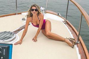 Rachel McCord thả dáng sexy hút mắt trên du thuyền đắt giá