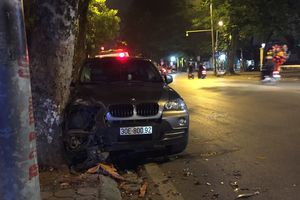 Hà Nội: BMW X5 đâm gốc cây rồi lật giữa phố