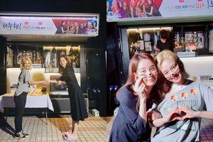 Tuy đã tách nhóm nhưng các thành viên Girl's Generation vẫn thể hiện tình cảm với Seohyun theo cách này