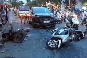 Ô tô tông 3 xe máy, nhiều người nhập viện