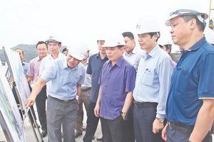 Bộ trưởng Bộ Giao thông - Vận tải Nguyễn Văn Thể kiểm tra tình hình phát triển Cảng biển Nghi Sơn