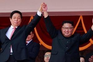 Ông Kim Jong-un xuất hiện 'rạng rỡ' cùng Chủ tịch Quốc hội Trung Quốc