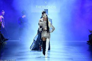 Paris Hilton diện đầm lấp lánh, làm vedette tỏa sáng trên sàn catwalk