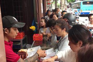 Dân Thủ đô xếp hàng dài chờ mua bánh trung thu sớm