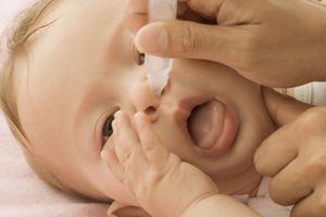 Con gặp họa vì bố mẹ vệ sinh mũi sai cách