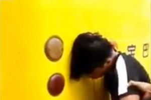 Báo động: Thanh niên cắm đầu vào xe buýt vì 'mải mê' điện thoại
