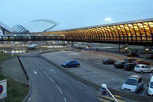 Cảnh sát rượt đuổi ô tô như trong phim trên đường băng sân bay Lyon