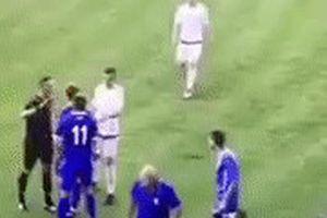 Cầu thủ tự bắt bóng đập vào đầu rồi lăn ra ăn vạ