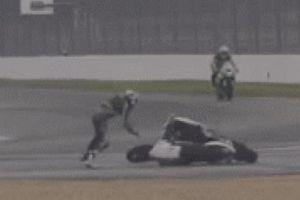 SỐC: Va chạm trên đường đua, 2 môtô 'quần nhau' như hổ đấu