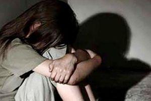 Ở với dì khi cha mẹ ly thân, bé 12 tuổi bị dượng rể hiếp dâm