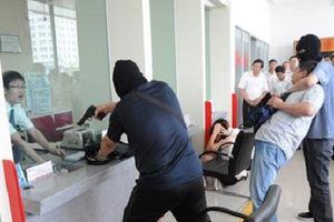 Ở nước ngoài, cướp ngân hàng táo tợn tới mức nào?