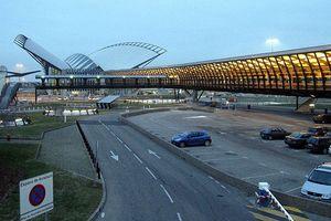 Hi hữu: Sân bay hỗn loạn vì xe hơi rượt đuổi trên đường băng