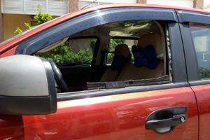 Ôtô đỗ trong bãi xe quán ăn bị đập kính, trộm tài sản