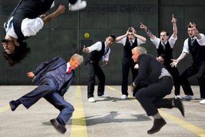 Mourinho ngượng 'chín mặt' vì tái hiện pha 'trượt vỏ chuối' của Wenger