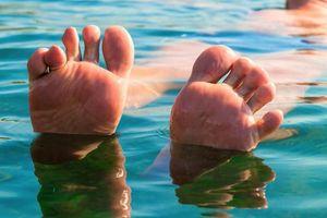 Nguyên nhân khiến da ngón tay, ngón chân bị nhăn nheo