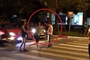 Cự cãi khi tham gia giao thông, nam thanh niên lái ô tô 'tung đòn' với người đàn ông lớn tuổi