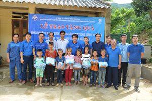 Đoàn Thanh niên Sở TT&TT Thanh Hóa, Trung tâm CNTT&TT các tỉnh Bắc Trung bộ tặng quà cho các em học sinh huyện Cẩm Thủy và Quan Hóa