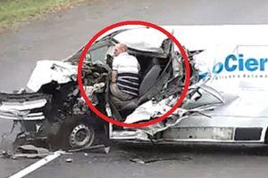 Clip: Tông trực diện xe tải ngược chiều, tài xế ngủ gật thoát chết khó tin
