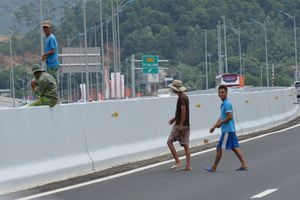 Quảng Ninh: Dân băng ngang qua cao tốc đi làm đồng bất chấp nguy hiểm