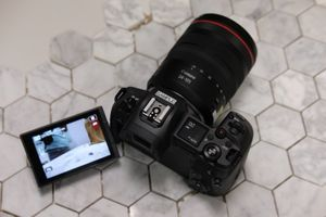 Canon ra mắt máy ảnh không gương lật full-frame đầu tiên của hãng, EOS R, tại Việt Nam