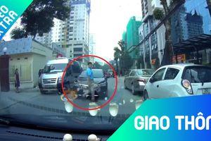 Người đàn ông qua đường tỉnh bơ ngay trước đầu ôtô