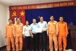 Công đoàn Điện lực VN tặng quà CNLĐ điện lực Côn Đảo