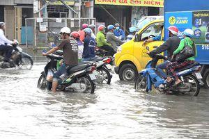 Nước lũ tràn vào nội ô Long Xuyên