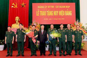 Trao tặng Huy hiệu Đảng cho Đại tướng Ngô Xuân Lịch và Đại tướng Phùng Quang Thanh