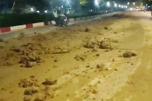 Truy tìm tài xế rải bùn đất ngập đường ở Hà Nội