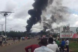 Hiếu kỳ xem xe bồn chở xăng phát nổ, 35 người thiệt mạng