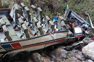 Xe buýt lao xuông vực, 82 người thương vong