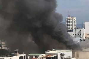 Đà Nẵng: Cháy lớn ở đường Lê Duẩn, khói bốc cao hàng chục mét