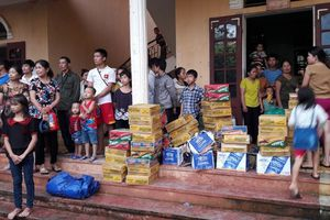 Mường Lát thoát cảnh cô lập, hàng cứu trợ được vận chuyển đến người dân vùng lũ