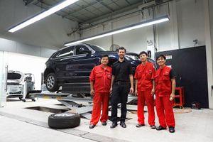 Thợ giỏi Audi quốc tế sửa xe cho khách Việt
