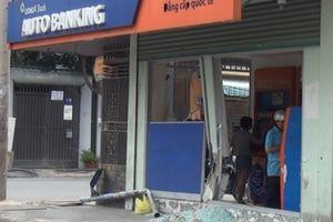 Ô tô lao vỉa hè, tông vỡ cửa kính ngân hàng rồi bỏ trốn