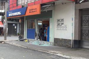 Nghi say xỉn, tài xế xe 7 chỗ tông vào ngân hàng rồi bỏ trốn