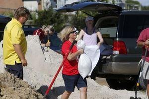 Dân Mỹ đắp cát, 'vét siêu thị' chuẩn bị đón siêu bão Florence