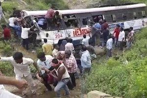 Ấn Độ: Xe buýt lao xuống vực, 45 người thiệt mạng