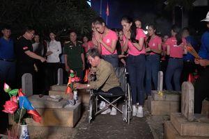 Thí sinh 'Hoa hậu Việt Nam' thắp hương và nến tri ân hơn 11.000 ngôi mộ liệt sĩ
