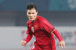 Tiền vệ Quang Hải cùng người hâm mộ đón Cúp Ngoại hạng Anh